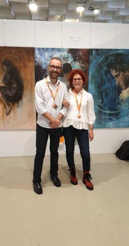 בחברת אמן ברזילאי ליד עבודותיו-min
