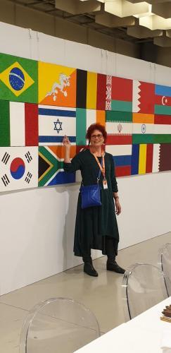 מצביעה על מפת ישראל אותה מייצגת-min